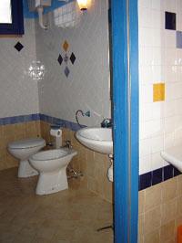 La dolce vita lipari - orange room, bath.
